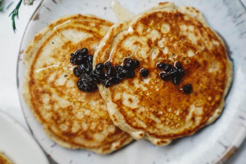 Es ist Zeit für Ihr Frühstücksspiel, und dieses einfache, flauschige Pfannkuchenrezept passt perfekt zu meinem hausgemachten Beerensirup.