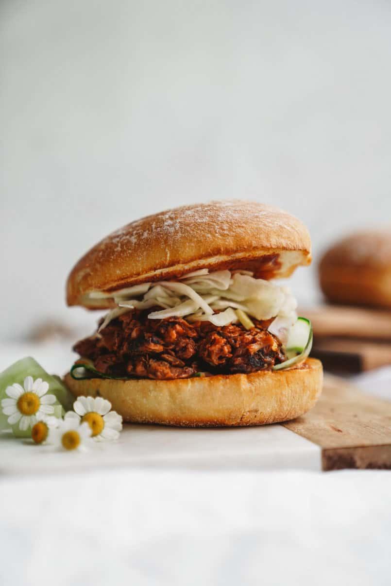 Die Backyard BBQ-Saison ist da und ich habe den perfekten vegan gezogenen Jackfrucht-BBQ-Burger mit Fenchel-Krautsalat, den Sie mit Familie und Freunden teilen können.
